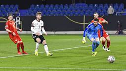 Pemain Jerman Timo Werner (kedua kiri) melewatkan peluang besar untuk mencetak gol ke gawang Makedonia Utara pada pertandingan Grup J kualifikasi Piala Dunia 2022 di Duisburg, Jerman, Rabu (31/3/2021). Jerman kalah 1-2. (AP Photo/Martin Meissner)