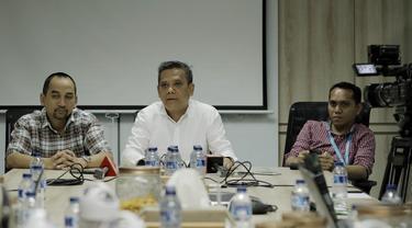 CEO PT Liga Indonesia Baru (LIB), Berlinton Siahaan, memberi keterangan saat jumpa pers di Kantor LIB, Jakarta, Selasa (6/3/2018). PT LIB telah melunasi sisa subsidi kepada 18 klub Liga 1 dengan total lebih dari Rp38 miliar. (Bola.com/M Iqbal Ichsan)