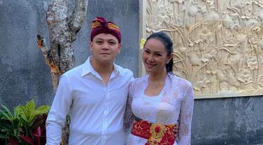 Egat terlihat mengunggah foto bersama Kalina di akun Instagram miliknya. Egat dan Kalina terlihat menggunakan pakaian tradisional dari Bali dengan nuansa berwarna putih. (Liputan6.com/egatsacawijaya)