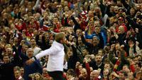 Pelatih Liverpool, Jurgen Klopp berselebrasi dengan para suporter  usai pertandingan melawan Villarreal di leg kedua liga Europa di Stadion Anfield, Inggris (6/5). Liverpool lolos ke final liga europa dan akan menantang Sevilla. (Reuters / Lee Smith)