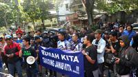 Bobotoh berdemo secara damai di depan kantor PT Persib Bandung Bermartabat (Liputan6.com/Kukuh Saokani)