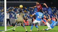 Pemain AC Milan Zlatan Ibrahimovic (kanan atas) mencetak gol ke gawang Napoli pada pertandingan Serie A di Stadion San Paolo, Naples, Italia, Minggu (22/11/2020). Dua gol Ibrahimovic membawa AC Milan menaklukkan Napoli dengan skor 3-1. (ANDREAS SOLARO/AFP)