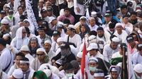 Umat muslim mengikuti aksi reuni 212 di kawasan silang Monas, Jakarta, Minggu (2/12). Bendera dan panji-panji terlihat diusung para peserta aksi reuni akbar 212. (Liputan6.com/Herman Zakharia)
