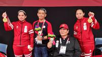 Leani/Khalimatus menerima medali emas Paralimpiade Tokyo 2020 (Dok NPC Indonesia)