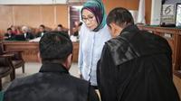 Terdakwa kasus dugaan penyebaran berita bohong atau hoaks, Ratna Sarumpaet berdiskusi dengan tim kuasa hukum disela menjalani sidang lanjutan di Pengadilan Negeri Jakarta Selatan, Selasa (14/5/2019). Sidang tersebut dengan agenda mendengarkan keterangan terdakwa. (Liputan6.com/Faizal Fanani)