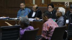 Terdakwa kasus dugaan suap proyek PLTU Riau-1 yang juga mantan Dirut PLN, Sofyan Basir (kiri) saat menyimak keterangan saksi saat sidang lanjutan di Pengadilan Tipikor, Jakarta, Senin (5/8/2019). Sidang beragendakan mendengar keterangan saksi-saksi. (Liputan6.com/Helmi Fithriansyah)