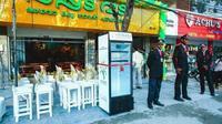 Seorang pemilik restoran murah hati menyediakan kulkas penuh makanan untuk membantu tunawisma yang tak bisa makan. Foto: Brightside.me