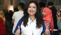 Mantan pepanah nasional, Lilies Handayani menjadi satu di antara beberapa pembawa obor Asian Games 2018 di Malang. (Bola.com/Aditya Wany)