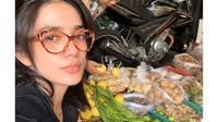 Momen Ussy Sulistiawaty Belanja di Pasar, Sampai Hutang (Sumber: YouTube/Ussy Andhika Official)