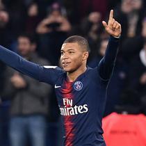 Penyerang PSG, Kylian Mbappe, selebrasi seusai menjebol gawang Nantes di Parc des Princes Stadium (23/2/2019). (AFP/Franck Fife)