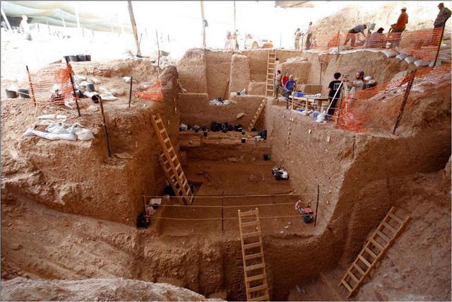 Gambar yang dirilis 24 Juni 2021 menunjukkan situs penggalian tempat penemuan sisa-sisa tulang dari jenis manusia purba yang tidak dikenal di dekat kota Ramla. Temuan itu adalah sebagian tengkorak dan rahang dari orang yang hidup sekitar 120.000 hingga 140.000 tahun lalu. (TEL AVIV UNIVERSITY/AFP)