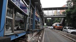 Kondisi Halte Transjakarta Simprug usai tertabrak truk kontainer, Jakarta, Kamis (19/4).Halte mengalami rusak parah di bagian ruang tunggu penumpang. (Merdeka.com/Iqbal Nugroho)