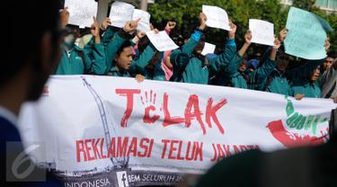 BEM Seluruh Indonesia (SI) menggelar aksi penolakan reklamasi Teluk Jakarta di Car Free Day (CFD), Bundaran HI, Minggu (11/9). Dalam aksinya, mereka menolak reklamasi Pulau G di Pantai Utara Jakarta untuk dilanjutkan. (Liputan6.com/Faizal Fanani)