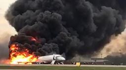Kepulan asap dari kebakaran pesawat Sukhoi Superjet-100 milik maskapai Aeroflot setelah lepas landas dari Bandara Sheremetyevo, Moskow, Rusia, Minggu (5/5/2019). Pesawat sempat mengudara sekitar 30 menit, dan meminta kembali karena mengalami gangguan teknis. (HO/RUSSIAN INVESTIGATIVE COMMITTEE/AFP)
