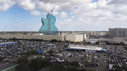 Pemandang udara dari sebuah pesawat tak berawak menunjukkan Hard Rock Hotel terlihat saat sedang dibangun di Hollywood, Florida (24/5/2019). Properti dari hotel ini pun senilai dengan 1,5 miliar dollar Amerika Serikat. (AFP Photo/Joe Raedle)