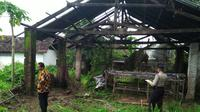 Aparat Polsek Kandat, Kabupaten Kediri, memeriksa sejumlah saksi terkait seorang kakek digigit anjing pitbull di perkarangan kosong. (Liputan6.com/Dian Kurniawan)