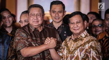 Ketum Partai Demokrat Susilo Bambang Yudhoyono (kiri) salam komando dengan capres nomor urut 02 Prabowo Subianto usai menggelar pertemuan di kawasan Mega Kuningan, Jakarta, Jumat (21/12). Pertemuan membahas Pemilu 2019. (Liputan6.com/Faizal Fanani)