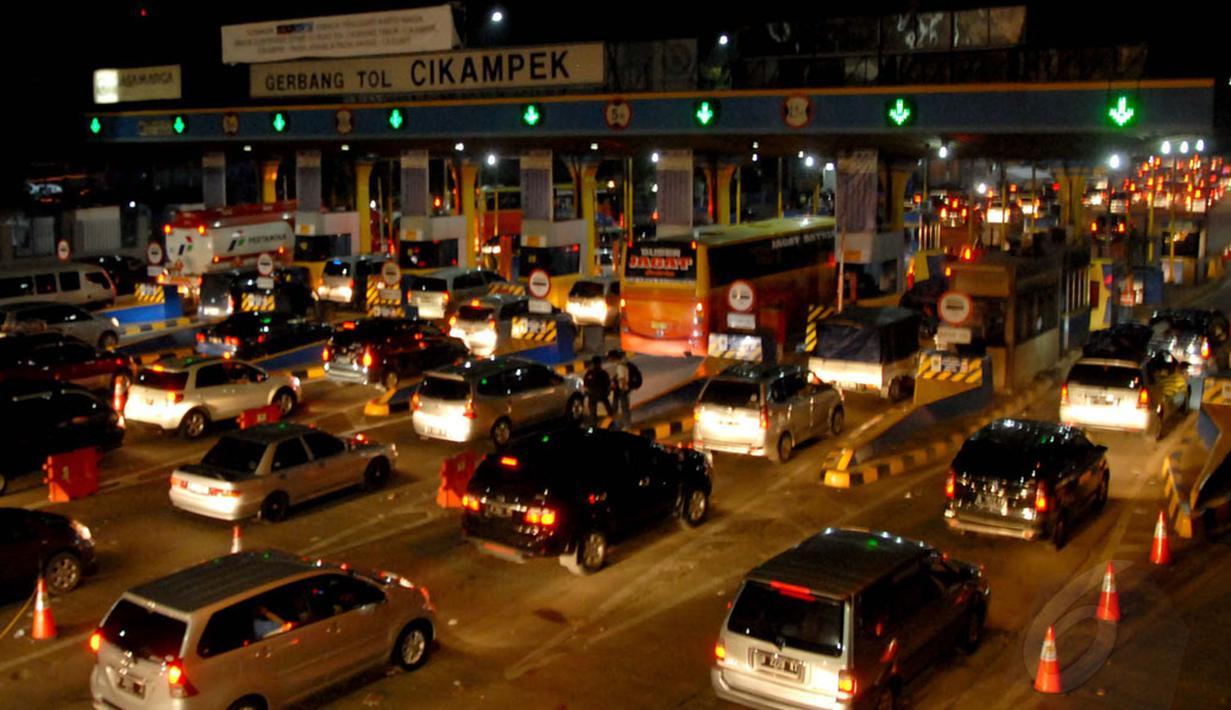 Gerbang tol Cikampek dipadati sejumlah kendaraan yang akan menuju jalur Pantai Utara pulau Jawa, (27/7/2014). (Liputan6.com/Miftahul Hayat)