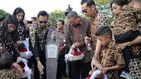 Momen SBY dan Keluarga Ziarah Makam Di Hari Ulang Tahun Ani Yudhoyono (sumber: instagram/@agusyudhoyono)