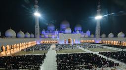 Pemandangan saat umat muslim berdoa di halaman Masjid Agung Sheikh Zayed di Abu Dhabi, Uni Emirat Arab, Sabtu (1/6/2019). Umat muslim memanjatkan doa-doa jelang berakhirnya Ramadan untuk mendapatkan Lailatul Qadar atau malam yang lebih baik dari seribu bulan. (KARIM SAHIB/AFP)