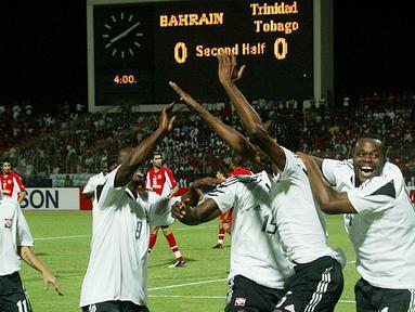 Trinidad & Tobago - Kesuksesan Trinidad & Tobago menyingkirkan Bahrain di babak play-off membuat negara itu menjadi negara terkecil yang tampil di Piala Dunia sebelum Islandia. Keberhasilan tersebut langsung dirayakan dengan menetapkan hari libur nasional pada 17 November 2005. (AFP/Rabih Moghrabi)