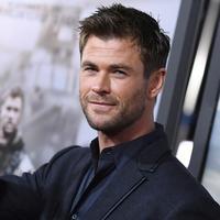 """Aktor Chris Hemsworth menyapa awak media saat menghadiri pemutaran perdana film """"12 Strong"""" di Jazz di Lincoln Center, New York City (16/1). Aktor Chris Hemsworth terpilih sebagai tokoh utama di film ini. (AFP Photo/Angela Weiss)"""
