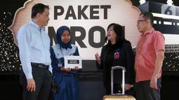 CEO Lippo Malls Indonesia Eddy Mumin (kiri) berbincang dengan pemenang golden heart Dwi Wulandari (37), CS Manager Lippo Mall Puri Dewi Riyani dan Operation Manager Dwi Rahmadi di Lippo Mall Puri, Jakarta, Selasa (18/2/2020). (Liputan6.com/Fery Pradolo)