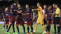 Bek Barcelona Gerard Pique memprotes kartu merah terhadap dirinya dalam laga leg kedua Piala Super Spanyol kontra Athletic Bilbao di Camp Nou, Selasa (18/8/2015). (Liputan6.com/JOSEP LAGO / AFP)