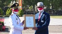 Wahyana (53) seorang guru Olahraga di SMP N 4 Patuk mendapat penghargaan dari Bupati Gunungkidul Sunaryanta.