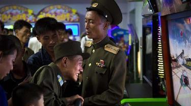 Seorang prajurit Korut terlihat sedang memainkan game arcade di Pyongyang Pleasure Park. Pihak berwenang Korea Utara telah mendorong minat olahraga yang lebih luas di negara ini (AP)