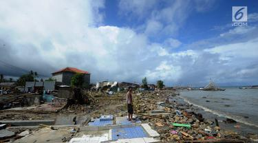 Warga memandang ke arah laut usai tsunami menerjang Kampung Sumur, Ujung Kulon, Banten, Selasa (24/12). Kampung Sumur yang dihuni ratusan nelayan luluh lantak disapu tsunami. (Merdeka.com/Arie Basuki)