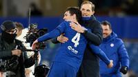 Pelatih Chelsea, Thomas Tuchel, merayakan kemenangan bersama Andreas Christensen usai mengalahkan Real Madrid pada leg kedua semifinal Liga Champions, di Stadion Stamford Bridge, Kamis (06/05/2021). Chelsea menang dengan skor 2-0. (AFP/Glyn Kirk)