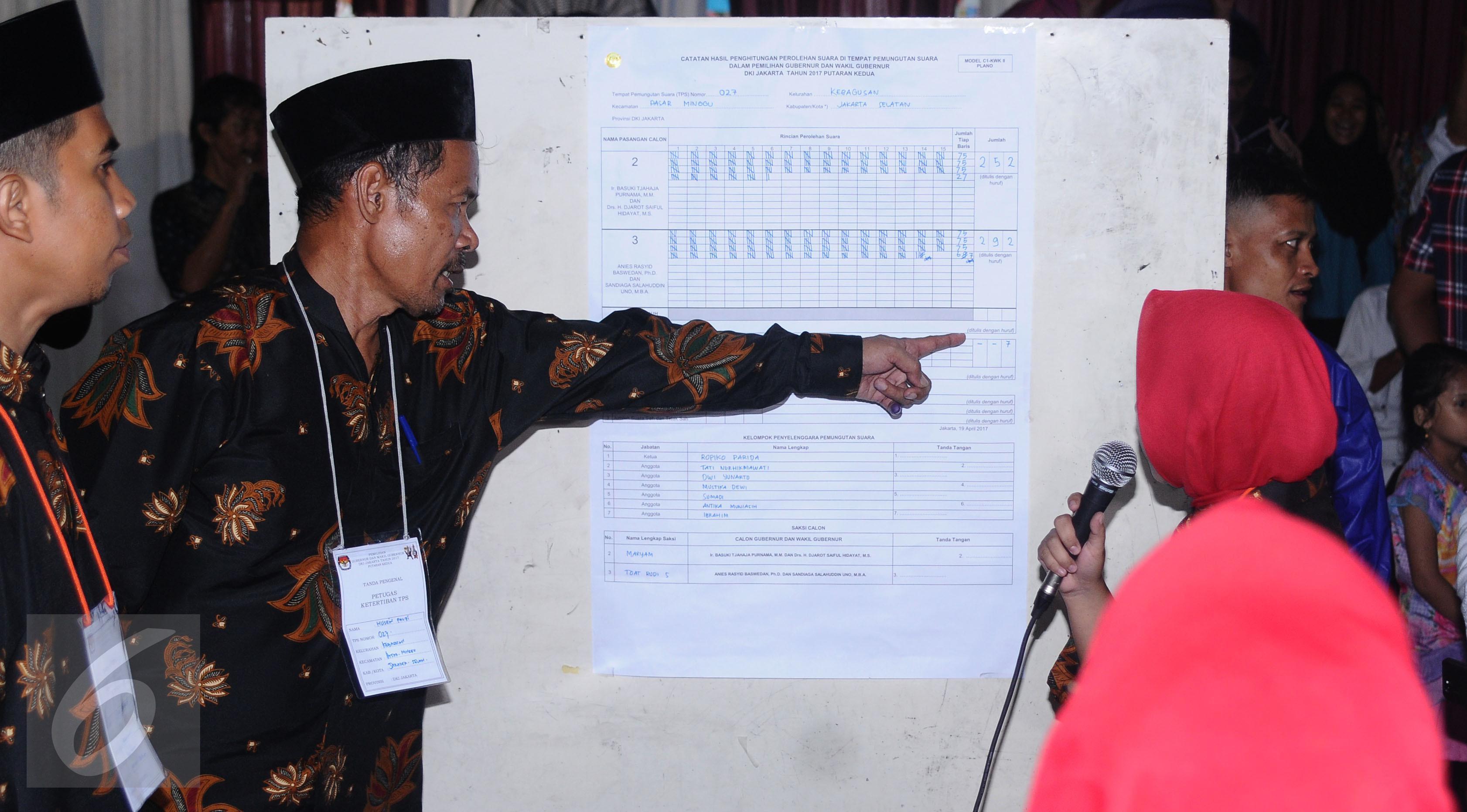 Petugas KPPS menunjuk hasil penghitungan surat suara Pilkada DKI Jakarta putaran 2 di TPS 027, Kebagusan, Jakarta, Rabu (19/4). Pasangan Anis Baswedan-Sandiaga Uno unggul 292-252. (Liputan6.com/Helmi Fithriansyah)