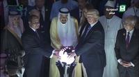 Geger Foto Donald Trump dan Raja Salman Pegang Bola Dunia (Twitter)