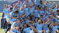 Manajer Manchester City Pep Guardiola dan para pemainnya merayakan sukses meraih gelar juara Liga Inggris 2018-19. (AP Photo/Frank Augstein)