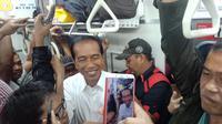 Foto Presiden Joko Widodo atau Jokowi naik commuter line beredar di media sosial. (Istimewa)