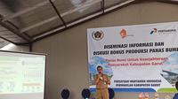 Kepala Badan Perencanaan Pembangunan Daerah (Bappeda) Kabupaten Garut, Agus Ismail, tengah memberikan penjelasan mengenai DBH panas bumi di Garut, Jawa Barat. (Liputan6.com/Jayadi Supriadin)