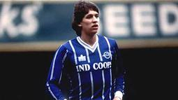 1. Gary Lineker, bintang legendaris Inggris ini merupakan pemain didikan Leicester. Striker dengan tinggi 177 cm itu memulai karier di Leicester tahun 1977 sebelum akhirnya hijrah ke Everton pada tahun 1985. (Bola.com/Thefootballhistoryboys.com)