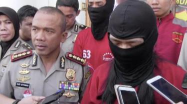 Polisi ringkus MZ, pengadopsi bayi melalui instagram yang membeli bayi seharga Rp 3,8 juta.