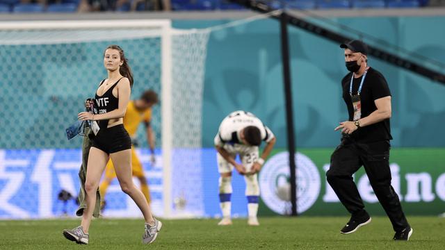Sejumlah pihak keamanan sebenarnya telah berusaha mengejar wanita tersebut. Namun apa daya, wanita itu berlari dengan cepat dan berhasil mencapai tengah lapangan. (Foto: AP/Pool/Lars Baron)