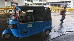 Seorang pengemudi bajaj beristirahat di sekitar Blok B Pasar Tanah Abang, Jakarta, pada hari ketiga Lebaran, Jumat (7/6/2019). Selepas Hari Raya Idul Fitri, Pasar Tanah Abang masih tutup dan direncanakan buka pada Kamis (13/6) mendatang. (Liputan6.com/Johan Tallo)