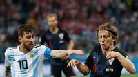 Megabintang Argentina, Lionel Messi berebut bola dengan pemain Kroasia, Luka Modric pada pertandingan Grup D Piala Dunia 2018 di Nizhy Novgorod Stadium, Rusia, Jumat (22/6). Menghadapi Kroasia, Argentina takluk dengan skor 0-3.. (AP/Petr David Josek)