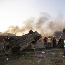 Sejumlah mobil terbalik setelah ledakan besar di Beirut, Lebanon, Selasa, (4/8/2020). Ledakan dahsyat tersebut diduga berasal dari bom. dikabarkan terdapat ledakan kedua yang belum dikonfirmasi. (AP Photo/Hassan Ammar)