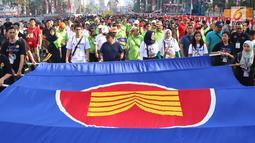 Suasana Parade Asean 50 Tahun yang diikuti oleh Menteri Luar Negeri Retno Marsudi bersama Kemenaker Trans Hanif Dhakiri di Jakarta, Minggu (27/8). Parade itu diikuti oleh seluruh negara yang tergabung dalam ASEAN. (Liputan6.com/Angga Yuniar)