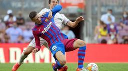 Clement Lenglet. Bek tengah Barcelona yang mulai kehilangan tempat utama sejak kedatangan Eric Garcia dari Manchester City musim ini amat dibutuhkan Newcastle United. Perannya amat dibutuhkan untuk memperkuat lini pertahanan The Magpies yang amat rapuh di awal musim ini. (AFP/Lluis Gene)