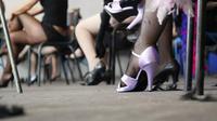 "Ilustrasi penari striptis. Foto diambil di kursus penari striptis di Prancis di ""L'ecole des filles de joie"" di La Bellevilloise, Paris. (BARBARA LABORDE / AFP)"