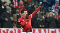 Penyerang Bayern Munchen, Robert Lewandowski, melakukan selebrasi ibu hamil usai membobol gawang Atletico Madrid pada laga Liga Champions di Stadion Alianz Arena, Jerman, Kamis (7/12/2016). Munchen menang 1-0 atas Atletico. (AFP/Christof Stache)