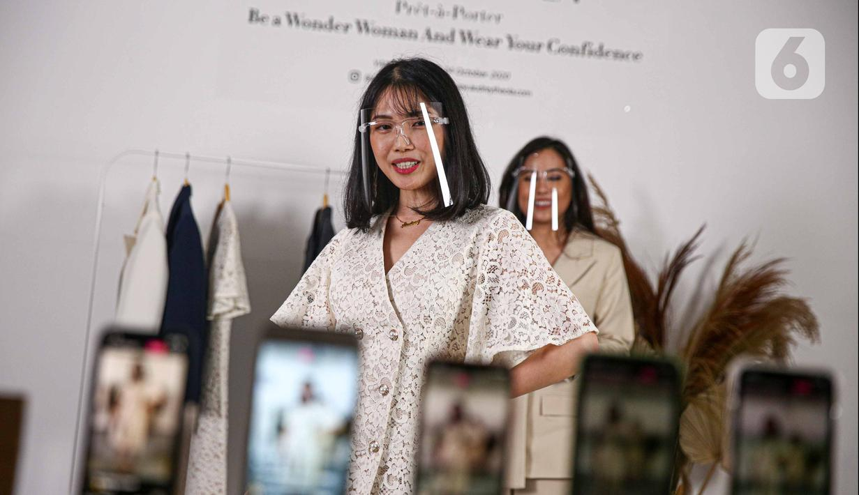 Model berpose saat memperagakan busana rancangan Audrey Theola bertema Wonder Woman melalui siaran langsung secara streaming di Jakarta, Sabtu (24/10/2020). Fashion show virtual menjadi salah satu siasat yang dilakukan pelaku industri mode ketika peragaan busana. (Liputan6.com/Faizal Fanani)