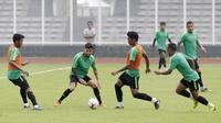 Pemain Timnas Indonesia, Bagas Adi, menggiring bola saat latihan di Stadion Madya Senayan, Jakarta, Rabu (21/11). Latihan ini persiapan jelang laga Piala AFF 2018 melawan Filipina. (Bola.com/M. Iqbal Ichsan)