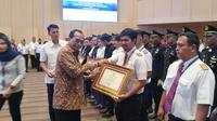 Menhub Budi Karya Sumadi memberikan apresiasi kepada awak pesawat Batik Air berpartisipasi dalam proses evakuasi 254 Warga Negara Indonesia (WNI) dari Wuhan. (Atika/Liputan6.com)